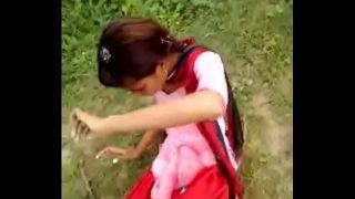 खेत में लेकर गर्लफ्रेंड को छोड़ा छोड़ी खेल