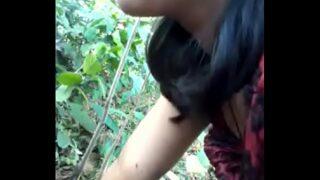 चोरी से जंगल में गर्लफ्रेंड को चोद